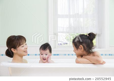 목욕 여자와 아기와 엄마 20552945