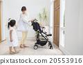 一個嬰兒騎嬰兒車和一個母親和一個女孩 20553916