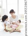 給嬰兒餵奶的母親和女孩 20553967