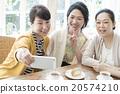 女性 拍紀念照 家庭派對 20574210