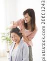 뷰티 이미지 젊은 여성 미용사와 시니어 여자 20601243