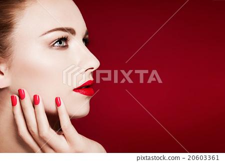 外國女模特。美女形象。紅指甲和嘴唇 20603361