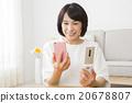 거실에서 휴대 전화를 사용하는 40 대 여성 20678807