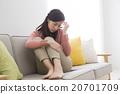 負面圖像年輕女子坐在 20701709
