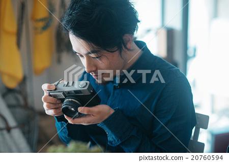 男子在一家咖啡館拍照 20760594