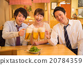年轻的男人和女人敬酒到一家酒吧 20784359