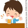 一个年轻人喝着啤酒带着微笑 20815374