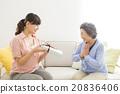 시니어 여자에게 선물을 전달 젊은 여성 20836406
