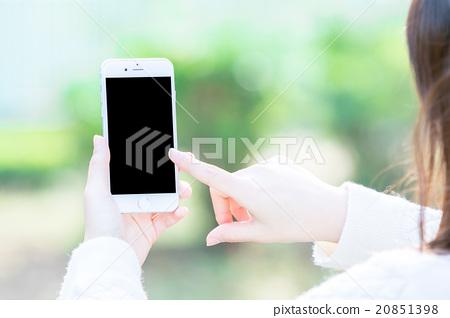 여성 스마트 폰을 가진 여성의 손 녹색 배경 녹색 기업 홍보 화상 20851398