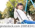 เด็กหญิงในโรงเรียนประถมศึกษากำลังเล่นกับวงสวิง 20858341