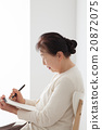 坐椅子和寫筆記的資深婦女個人歷史 20872075