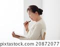 坐椅子和寫筆記的資深婦女個人歷史 20872077