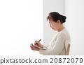 坐椅子和寫筆記的資深婦女個人歷史 20872079