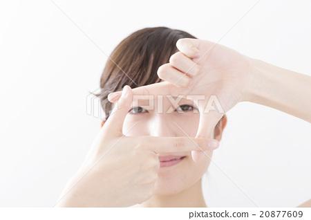 젊은 여자 포즈 손가락으로 구도 프레임을 취하는 카메라 시선 흰색 배경 20877609