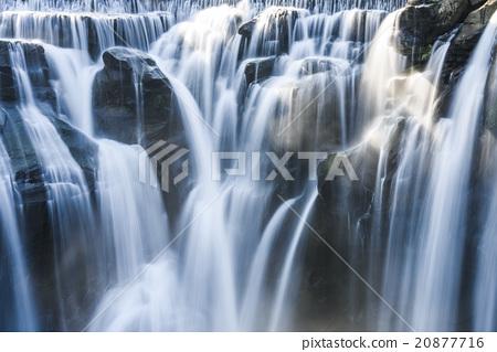 壯闊的瀑布 20877716