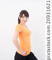 穿橙色襯衣和瑜伽的婦女 20931621