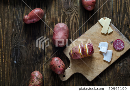 Raw potatoes on a wood table 20945190