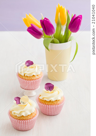 Decorated yellow cupcakes 21041040