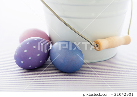 Easter eggs and bucket 21042901