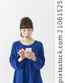 หญิงสาวประหลาดใจที่เห็นสมาร์ทโฟน 21061525