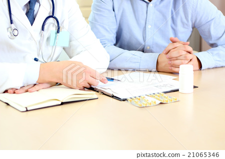doctor explaining diagnosis to male patient 21065346