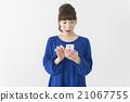 หญิงสาวประหลาดใจที่เห็นสมาร์ทโฟน 21067755