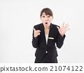舉起雙手的驚訝的商界女強人 21074122
