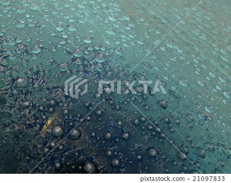 자동차 앞 유리에 붙은 얼음 알갱이 21097833
