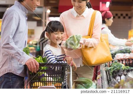 家庭在超市購物 21116917