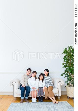 4 인 가족 사이 좋은 가족 카메라 시선 여자 여성 아버지와 어머니 딸 소파에서 휴식 가족 21131108