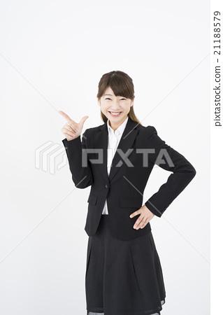 """穿着西装的迷人笑容是一位精彩的女士""""前方""""手指差异S角色的机会。就是这样。在这里。长 21188579"""