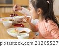식당에서 식사하는 가족 21205527