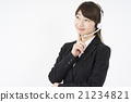 운영자 : 헤드셋을 붙여 신중 정장을 입은 젊고 귀여운 지원 센터 여성 21234821