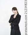 운영자 : 헤드셋을 붙여 질문에 고민 정장을 입은 젊고 귀여운 지원 콜센터 여성 세로 21234823