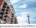 붉은 벽돌의 아파트와 가로등 런던 교외의 건물 21249023