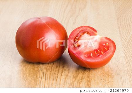 牛番茄在木質的背景上 21264979