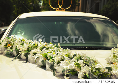 White wedding limousine decorated with flowers 21280503