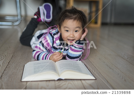 看书的可爱小姑娘 21339898