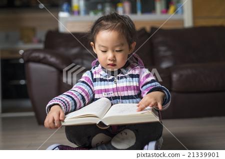 看书的可爱小姑娘 21339901