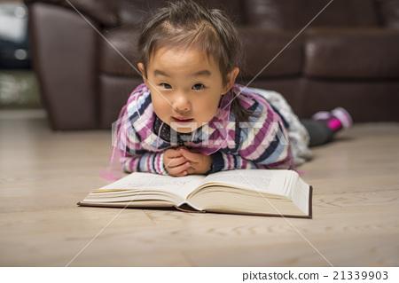 看書的可愛小姑娘 21339903