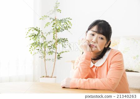 憂鬱的中年婦女 21340263
