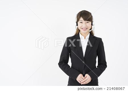 운영자 : 헤드셋 마이크를 부착 상냥하게 미소 짓는 정장을 입은 젊고 귀여운 지원 센터 여성 21408067
