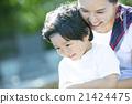 抱着一个孩子的母亲 21424475