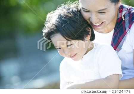 抱著一個孩子的母親 21424475