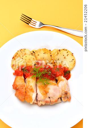 치킨 스테이크 / 닭 허벅지 살 불고기 볶음, 토마토 소스와 함께. 21452206