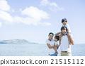 해변가를 걷는 부모와 자식 21515112
