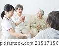 看護圖像女性照顧者和三名高級女性 21517150