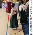 교토 세 사이 堂 · 通し矢 (대적인 대회) 나들이 옷 차림의 새 성인이 활을 가지고 모여 있습니다. 21631251