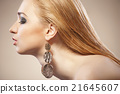 Beautiful woman with evening make-up and Jewelry 21645607