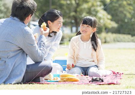 和家人一起野餐 21727323